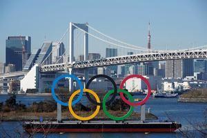 Un monumento gigante de los anillos olímpicos se ve ante el puente Arcoíris en el Parque Marino de Odaiba en Tokio, Japón.