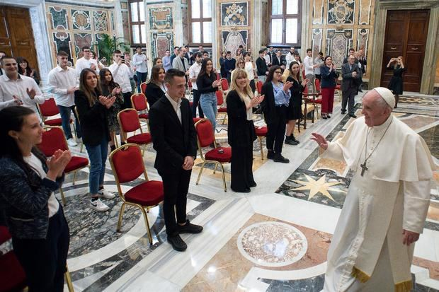 El papa destaca la importancia de relaciones 'reales' sobre las 'virtuales'.
