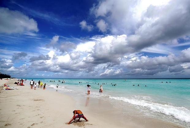 Turistas disfrutan de la playa, el 19 de julio del 2020, en Varadero, Cuba.