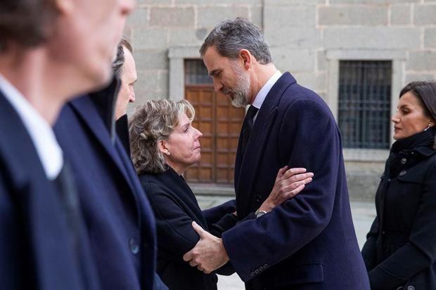 El rey Felipe y la reina Letizia saludan a la hija de la infanta Pilar de Borbón Simoneta Gómez - Acebo durante el funeral.