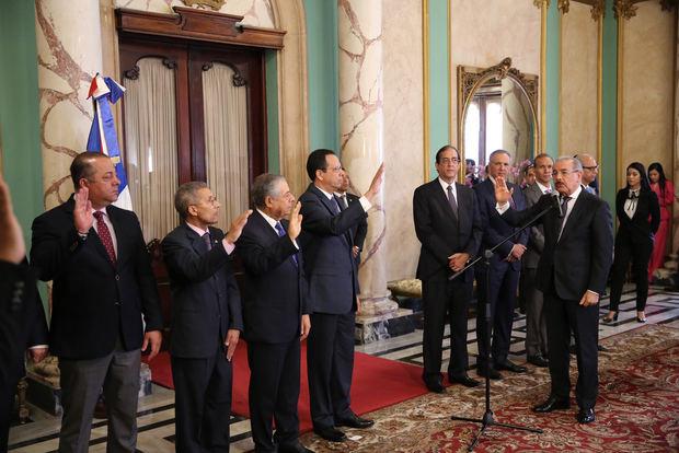 Danilo juramenta nuevos funcionarios designados con decreto 71-19