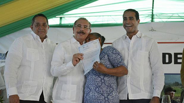Danilo Medina entrega 870 títulos de propiedad en Monte Plata.
