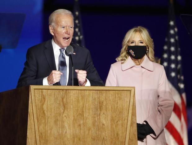 En la imagen, el presidente electo de Estados Unidos, Joe Biden (i), junto a su esposa Jill Biden.