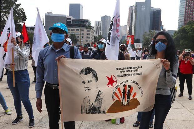 Organizaciones sociales protestan contra la gestión del presidente Andrés López Obrador este martes en Ciudad de México, México.