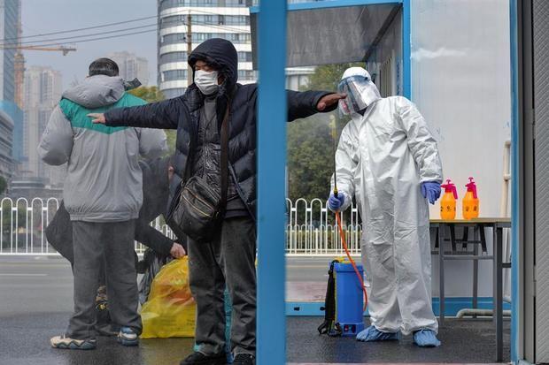 Las autoridades sanitarias chinas informaron hoy de que el domingo se produjeron 150 nuevas muertes en el país por el COVID-19 hasta alcanzar los 2.592 fallecidos.