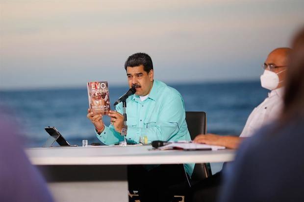 Fotografía cedida por prensa de Miraflores donde se observa al presidente venezolano Nicolás Maduro, acompañado de miembros del gabinete Ejecutivo, en un acto gubernamental, en La Guaira, Venezuela.