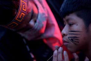 Cerca de un centenar de personas, entre ellos indígenas de la etnia Guaraní, protestan hoy a las puertas del Instituto Brasileño del Medio Ambiente, en el marco del 'Global Climate Action Day', en Sao Paulo, Brasil.