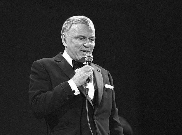 El cantante estadounidense Frank Sinatra durante un concierto que ofreció en 1986 en el estadio Santiago Bernabeu (Barcelona).