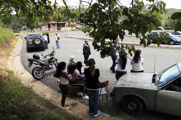 Familiares esperan la salida de opositores indultados, en las afueras de la cárcel Ramo Verde, en Los Teques, estado de Miranda, Venezuela.