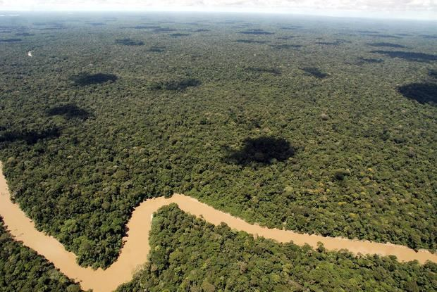 Fotografía de archivo en la que se registró una toma aérea de un tramo del río Tiputini, en la frontera norte del Parque Nacional Yasuní de Ecuador.