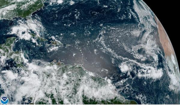 Fotografía cedida por la Administración Nacional Oceánica y Atmosférica (NOAA) de Estados Unidos por vía del Centro Nacional de Huracanes (NHC) donde se muestra la localización de la tormenta tropical Gonzalo en el atlántico este miércoles a las 10:40 hora local (14:40 GMT).