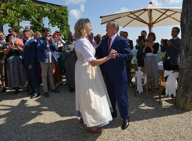 Exministra austríaca de Exteriores que bailó con Putin trabaja para RT