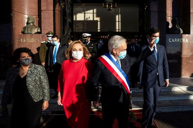 El presidente de Chile, Sebastián Piñera (d), y la primera dama, Cecilia Morel (i), salen tras el discurso anual en el que rinde cuentas de su último año de Gobierno hoy, en el Congreso de Chile, en Valparaíso, Chile.