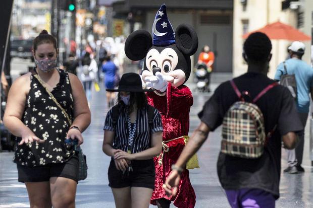 Una figura de Mickey Mouse llama la atención de turistas en el Hollywood Boulevard, de Hollywood, California.