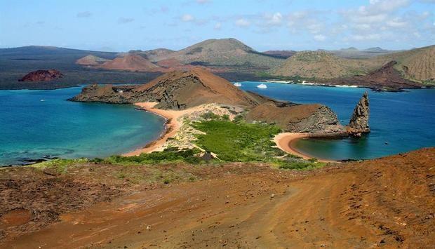 Formado por 13 islas grandes, 6 menores y 42 islotes, el archipiélago de las islas Galápagos está situado a unos mil kilómetros al oeste de las costas continentales de Ecuador y es conocido por su rica biodiversidad.
