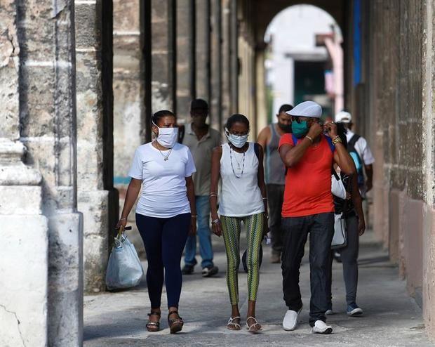 Varias personas caminan por uno de los soportales de la Habana Vieja, este sábado, en La Habana, Cuba.