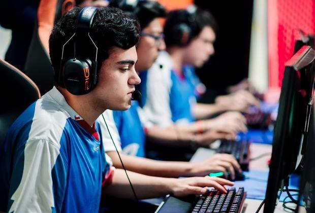 Fotografiá cedida por Riot Games que muestra al equipo Azules Esports durante su partido ante Infinity Esports, de la semana 4, en Ciudad de México, México.
