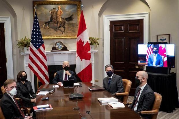 La vicepresidenta de Estados Unidos, Kamala Harris (i), el presidente, Joe Biden (c), y el secretario de estado, Tony Blinken (d), fueron registrados este martes, durante una reunión virtual con el primer ministro de Canadá, Justin Trudeau, en el salón Roosevelt de la Casa Blanca, en Washington DC, EE.UU.