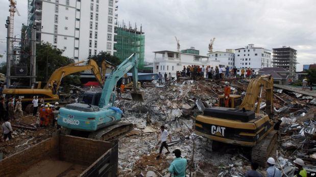 Rescatistas tratan de retirar los escombros en el lugar donde colapsó un edificio en la provincia de Preah Sihanouk, Camboya, el domingo 23 de junio de 2019.