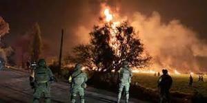 Militares mexicanos observan las llamas.
