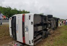 Vuelco de vehículo de transporte cerca de río Soco deja una treintena heridos