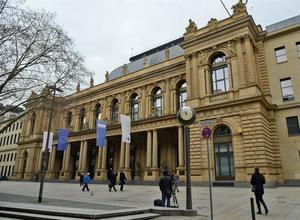 Varias personas caminan ante el edificio de la Bolsa de Fráncfort en Alemania.