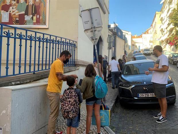 Padres con sus hijos en el primer dia del curso escolar 2020-2021, en un colegio de Lisboa.