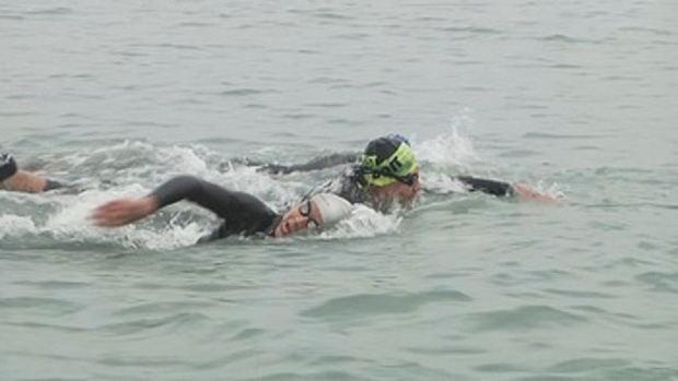 Nadadores regresan al mar en Perú