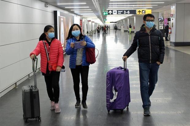 Algunos de los 202 pasajeros de la ciudad china de Wuhan, el epicentro del coronavirus, llegan al aeropuerto Leonardo Da Vinci en Roma, Fiumicino, Italia, el 23 de enero de 2020.