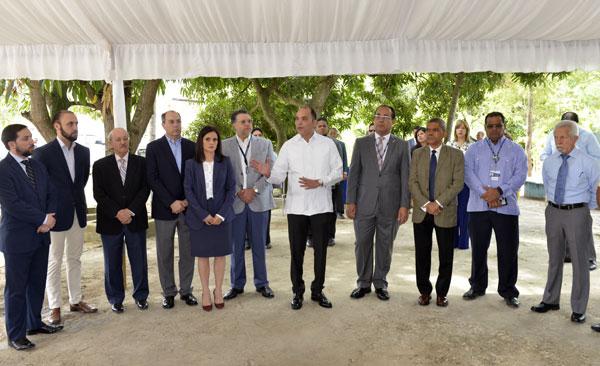 Enrique A. Ramírez Paniagua, director general de Aduanas, con representantes de la empresa privada