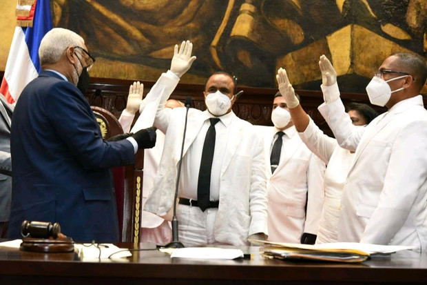 La Cámara de Diputados tomó juramento este jueves a cinco legisladores que sustituyen a cuatro que resultaron elegidos en las elecciones municipales de marzo pasado.