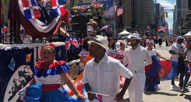 Al ritmo del cadencioso merengue, grupos de baile y personajes del folclor, los dominicanos salieron a la calle este domingo en Nueva York.