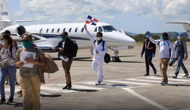 Dos vuelos fletados por Gonzalo Castillo traen a dominicanos de las islas Turcas y Caicos.
