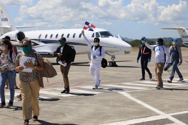Llegan al país 125 dominicanos que estaban varados en México, Japón y Brasil