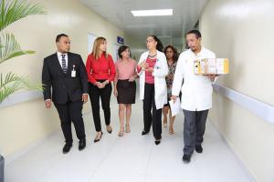 Autoridades del centro materno reciben donativo
