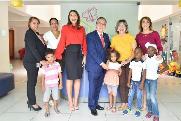 Yanery Mora, Alexandra Matos de Purcell, Anesther Díaz, Luis Martín Gómez, Griselda Carrón, Denisse Comarazamy y niños de la fundación.