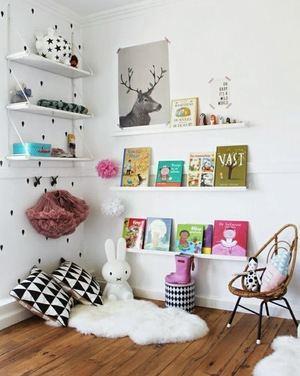 Las repisas hacen que las paredes luzcan atractivas.