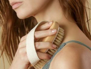 Esta técnica es conocida en español como cepillado corporal, consiste en exfoliar la piel en seco utilizando cepillos.