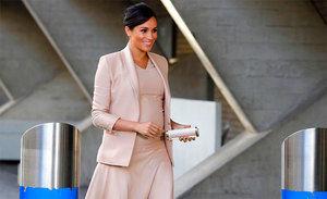 La duquesa de Sussex luce un clutch de CH Carolina Herrera