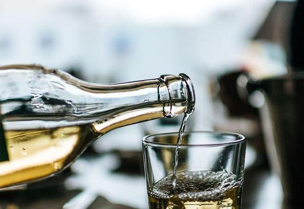 Suben a 136 muertos por consumo de alcohol adulterado en el país