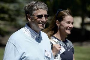 Fotografía de archivo en la que se registró al millonario estadounidense y fundador de Microsoft, Bill Gates, junto a su exesposa, Melinda, en Sun Valley, Idaho, EE.UU.