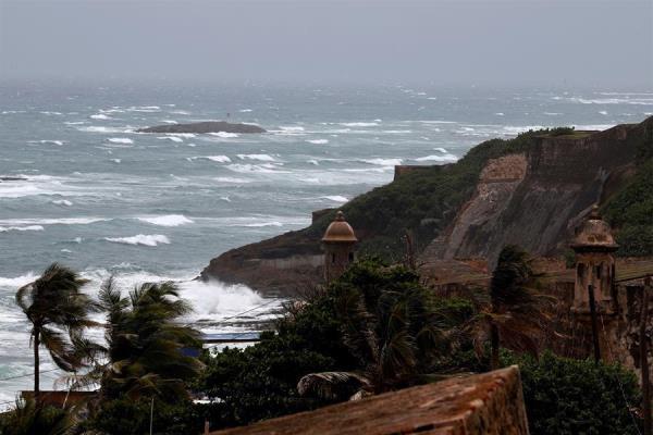 Puerto Rico declara el estado emergencia por el paso cercano de una onda tropical