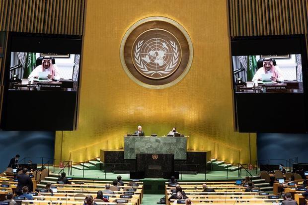 Vista del rey saudí, Salman bin Abdulaziz Al Saud (en pantalla), durante su intervención telemática en la 75 Asamblea General de las Naciones Unidas, celebrada este 23 de septiembre de 2020 en Nueva York, EE.UU.