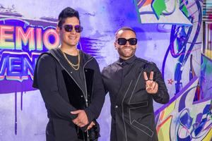 El dúo venezolano Chyno (i) y Nacho posa este jueves por un colorido espacio que este año reemplazó a la tradicional alfombra roja de los Premios Juventud, que se entregan hoy en el Watsco Center en Coral Gables, Florida, EE.UU.