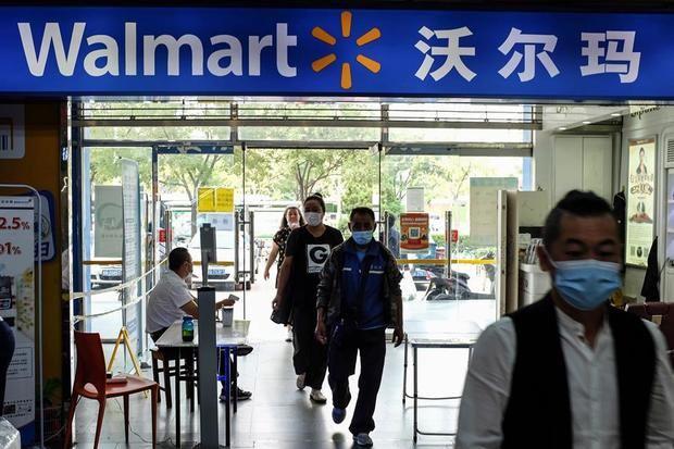 Varias personas entran en un supermercado Walmart en Pekín, China.