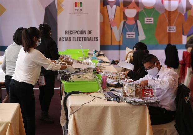 Personas fueron registradas este lunes al trabajar en el conteo de actas de votación en el centro de computo del Tribunal Electoral Departamental, en La Paz, Bolivia.