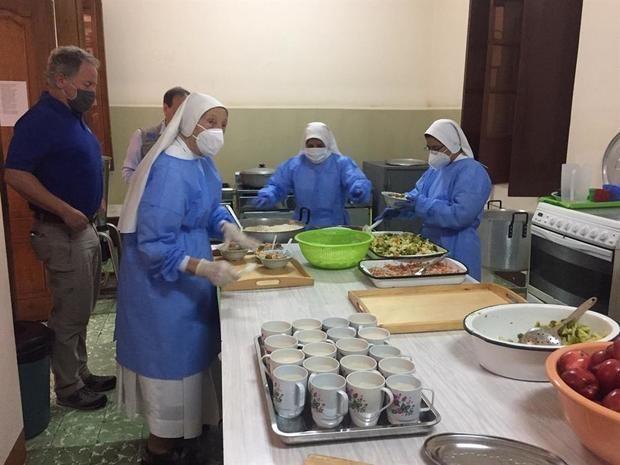 David Beasley, director ejecutivo de Programa Mundial de Alimentos, visita el Comedor de las Hermanas Salesias de Ibarra, en el norte de Ecuador y donde ayudó a distribuir los alimentos para migrantes y personas necesitadas.