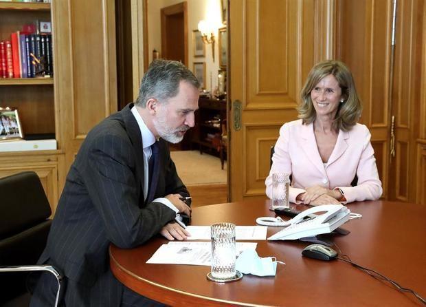 El rey Felipe VI (i), y la presidente de COTEC, Cristina Garmendia, mantienen este martes una conversación telefónica con los astronautas que han ensamblado y depositado en la Estación Espacial Internacional (ISS).