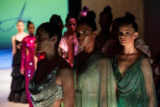 Modelos lucen creaciones de la diseñadora dominicana Giannina Azar durante la primera jornada del República Dominicana Fashion Week (RDFW), este martes en Santo Domingo, República Dominicana.