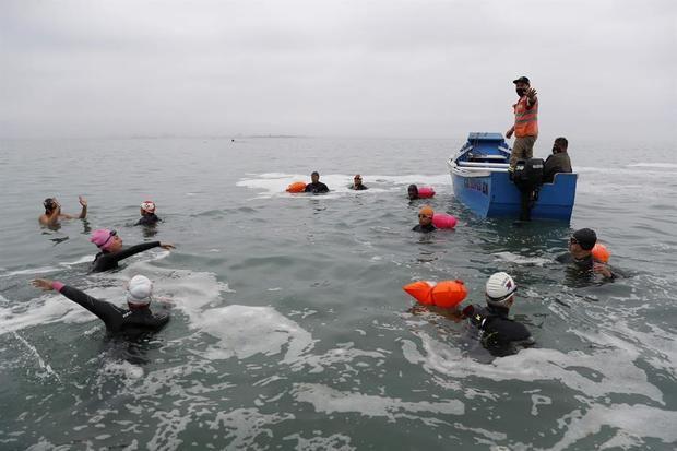 Nadadores inician el nado desde la isla San Lorenzo a la playa Cantolao en el distrito de La Punta, hoy en el Callao, Perú.